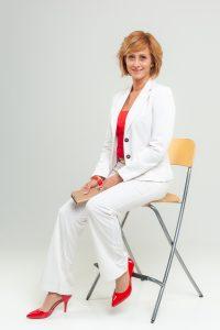 Műtermi fotó széken ülve